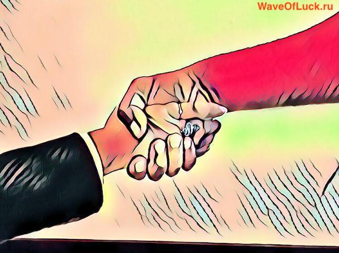 Двое жмут руки друг другу